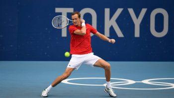 Medvedev vence mais uma e também avança em Tóquio
